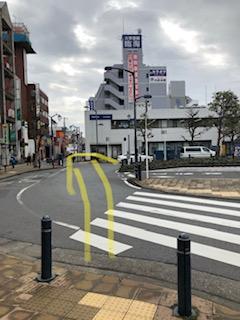 ロータリーがあり左側にみずほ銀行と三井住友銀行が左手にあります。